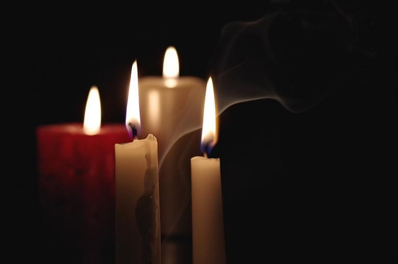 Świece na ciemnym tle