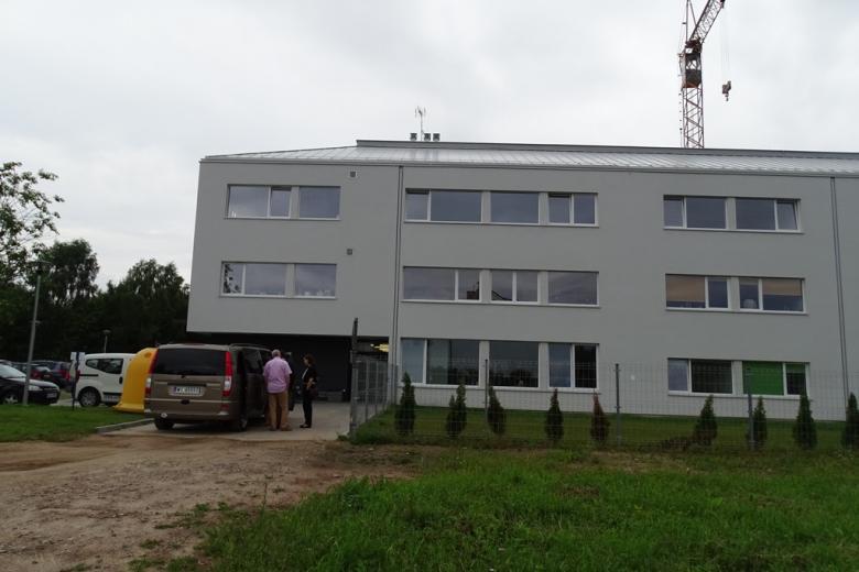 Zdjęcie: nowoczesny budynek, a nad nim - dźwig budowlany