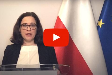 plansza ze zdjęciem kobiety na tyle flag: polskiej i unijnej