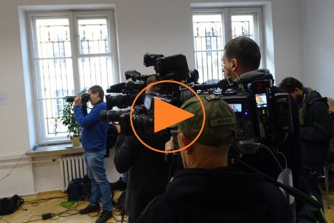 """Dziennikarze, kamery i znak """"play"""""""