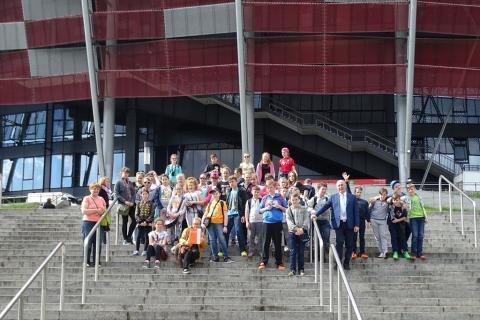 Zdjęcie grupowe na tle Stadionu Narodowego