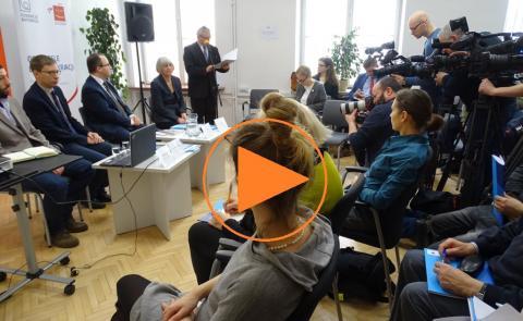 """Zdjęcie konferencji prasowej i znak """"Play"""""""