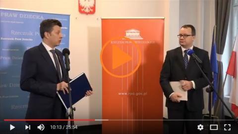 zdjęcie: dwaj mężczyźni stoją przy mikrofonach