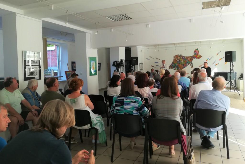 Tłum luzi na spotkaniu w galerii