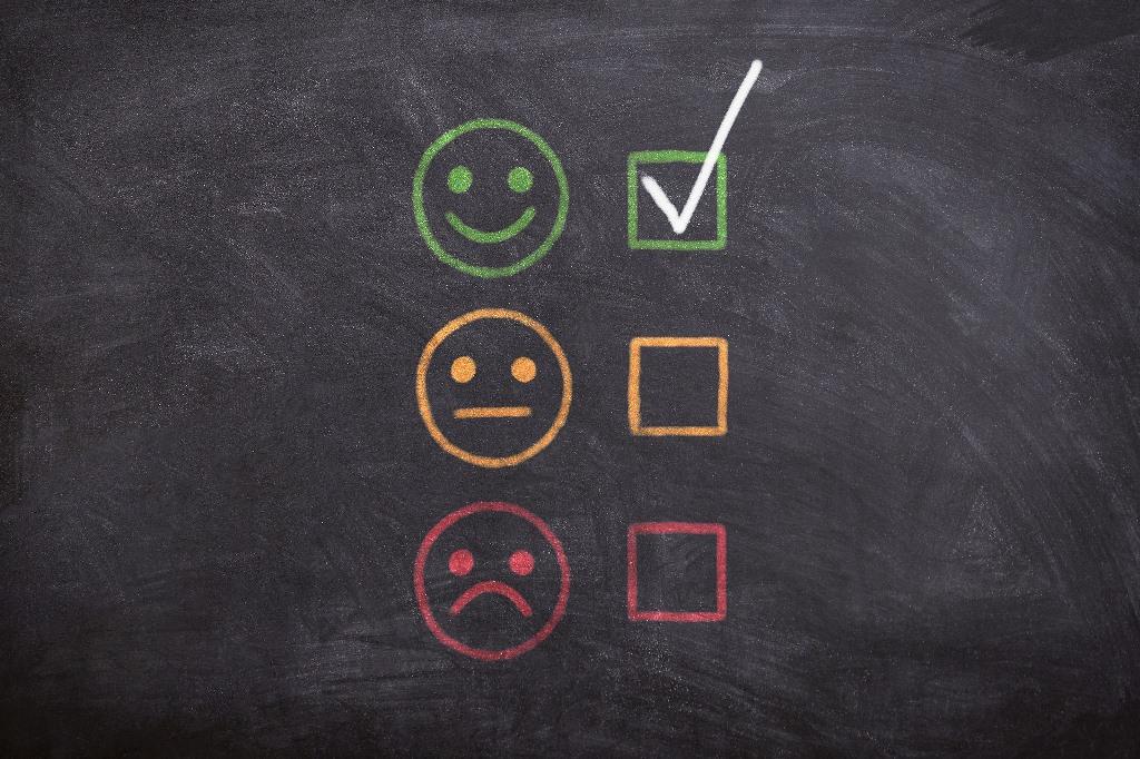 Tablica szkolna z emotikonami i znakiem wyboru