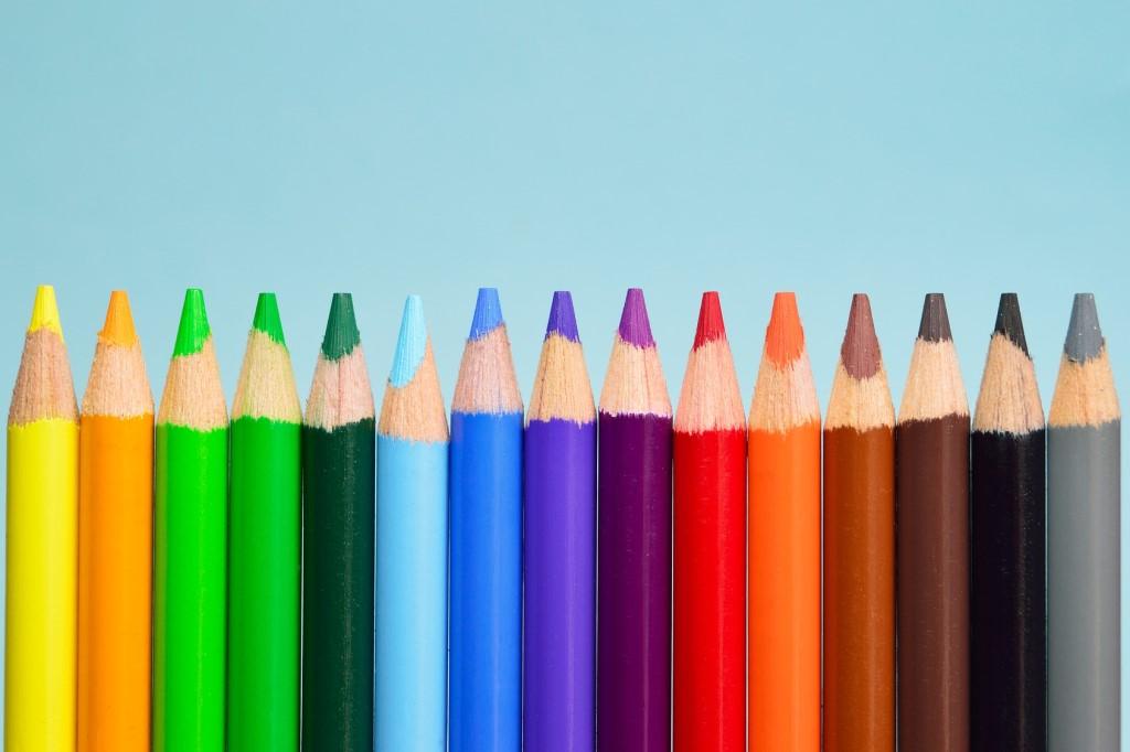 Kolorowe kredki we wszystkich kolorach tęczy