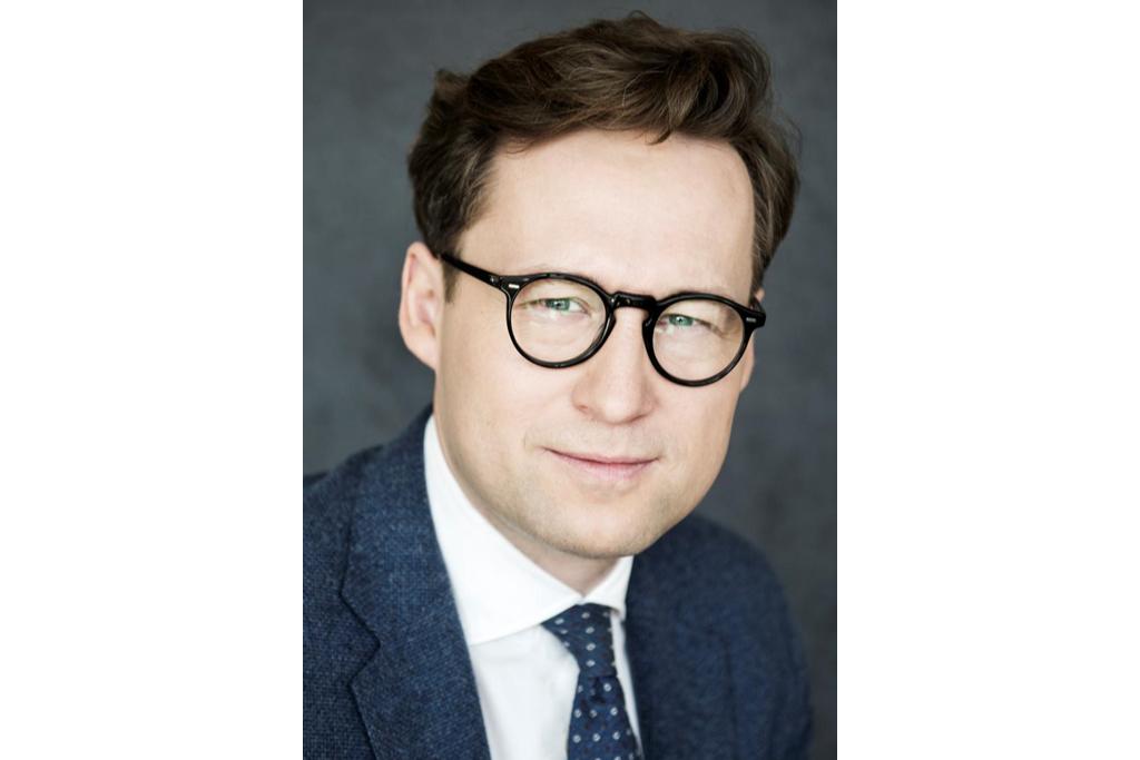 Zdjęcie portretowe mężczyzny w garniturze i okularach
