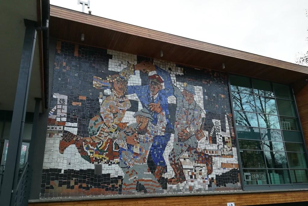 Mozajka na budynku: tańczące postaci