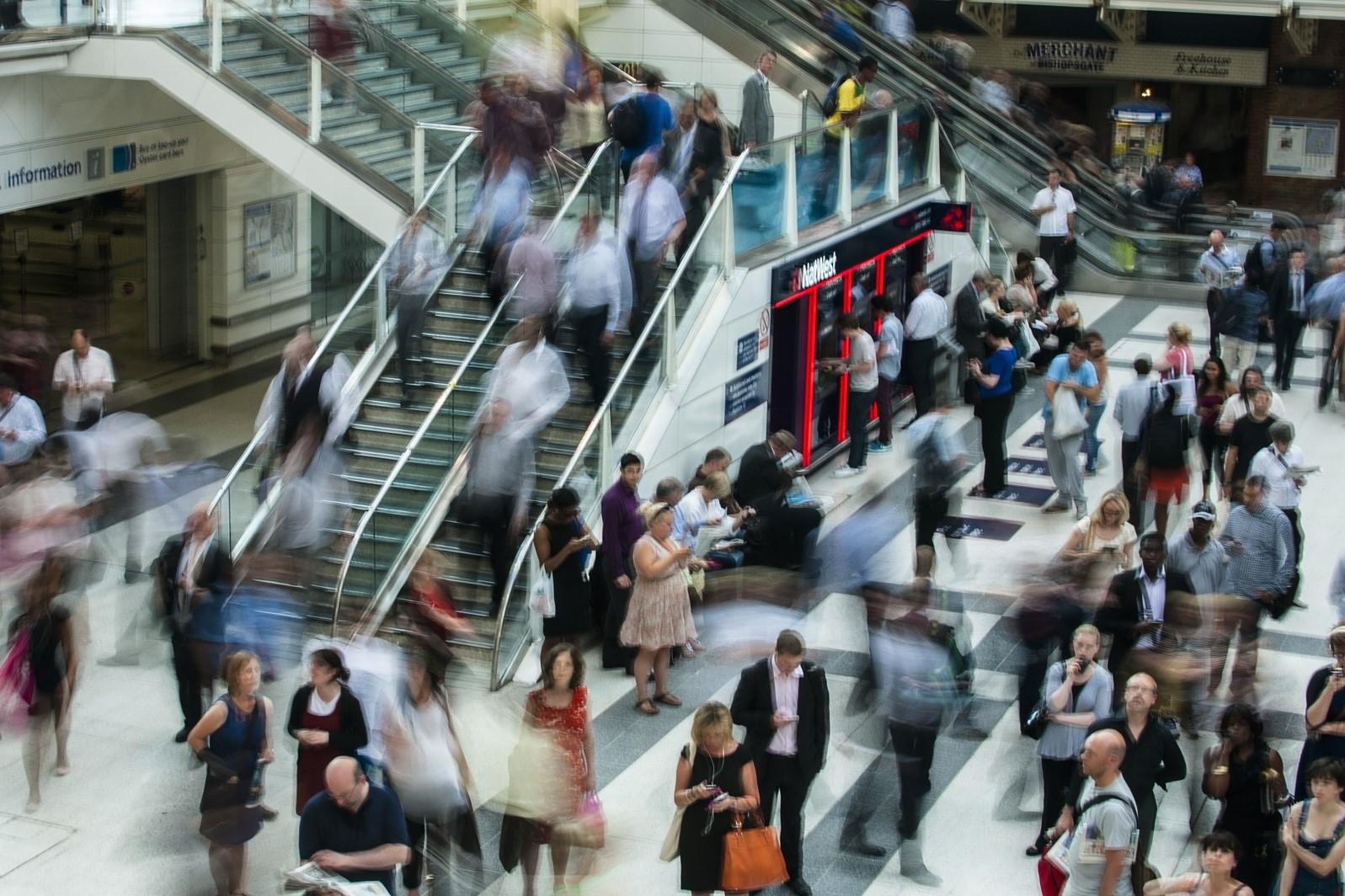 tłum ludzi mija się na peronie