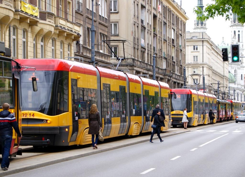 Tramwaje stoją w centrum Warszawy, ludzie idą do pracy piechotą