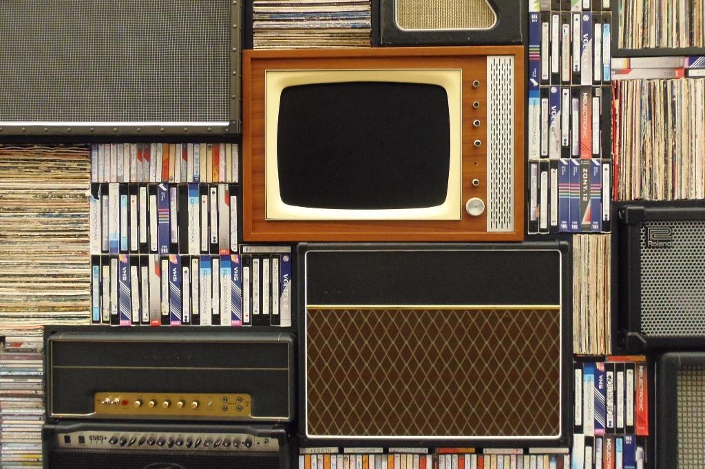 Telewizor i kasety wideo na półkach