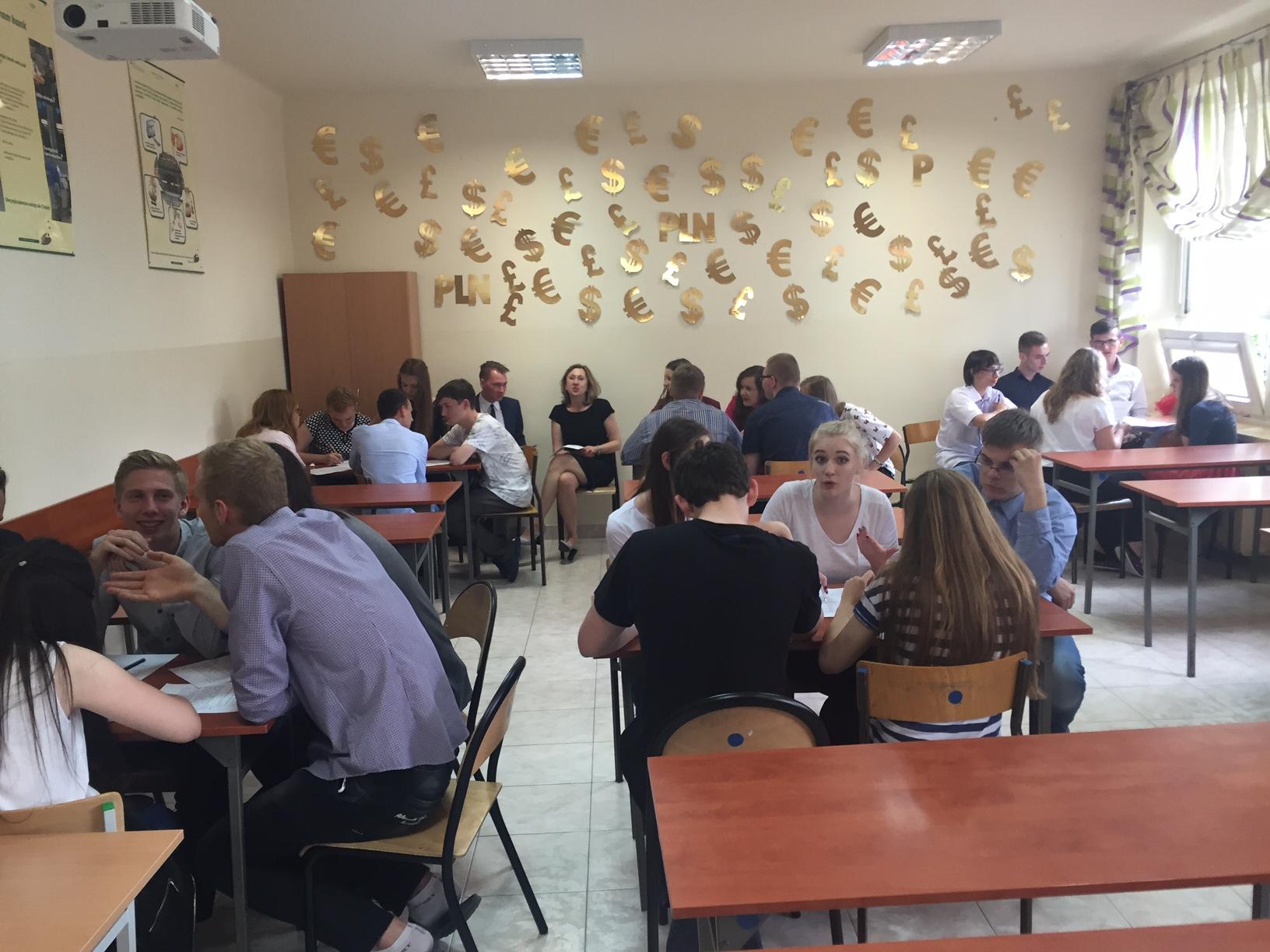 Zdjęcie: młodzi ludzie na lekcji pracują w grupach