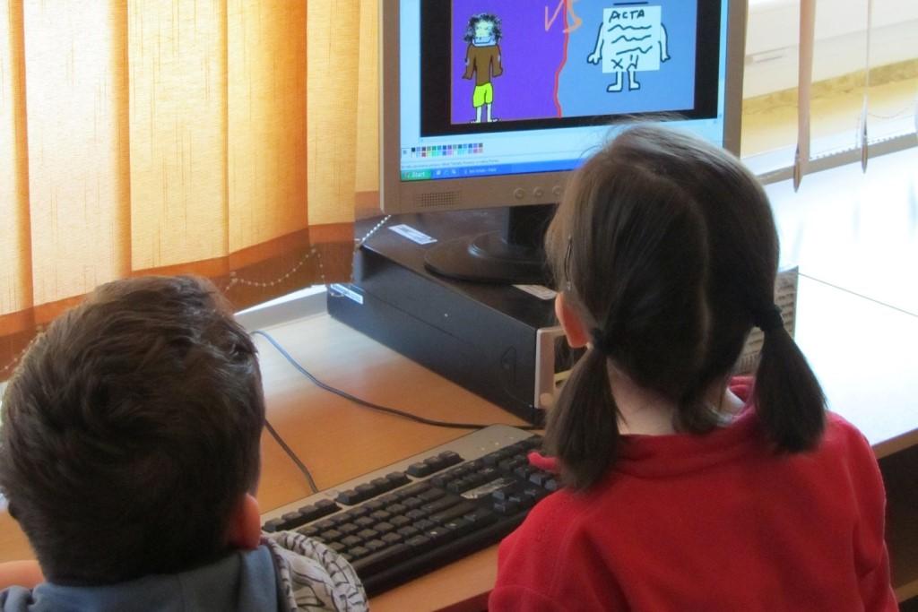 Dwoje dzieci przed komputerem