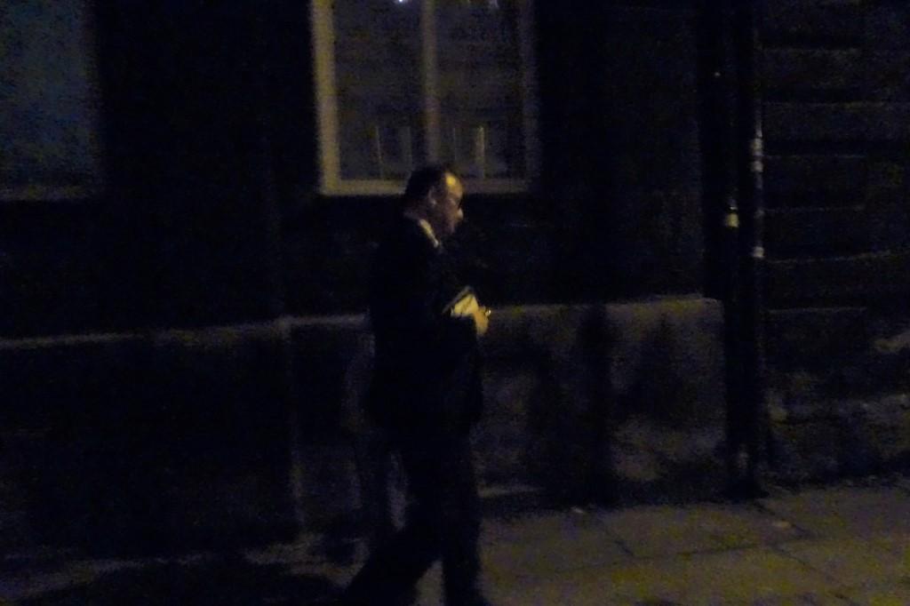 Mężczyzna idzie ciemną ulicą