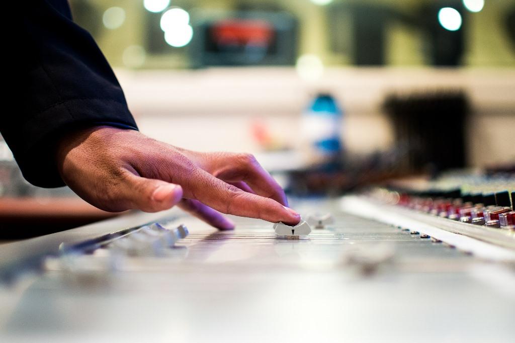 Ręka na klawiszach miksera dźwięku