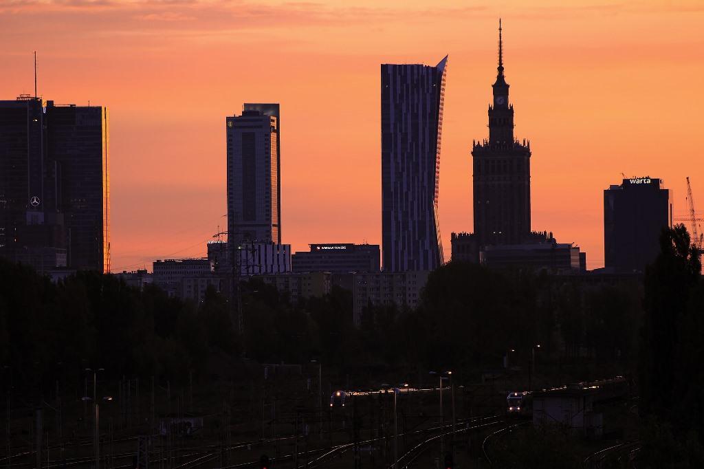 Warszawskie wieżowce z Pałacem Kultury o zachodzie słońca