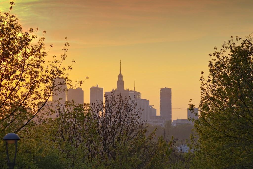 Panorama Warszawy oświetlonej złotym światłem