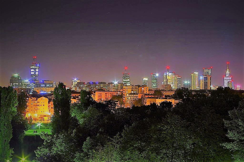 Panorama Warszawy o zmierzchu, wielokolorowe światła