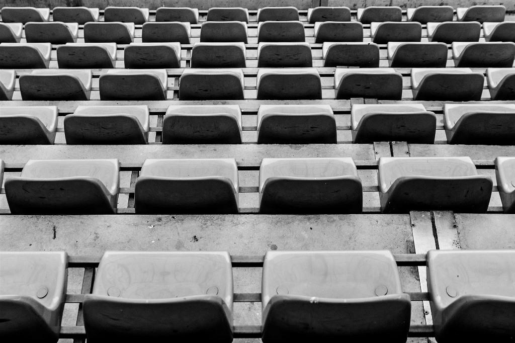Puste krzesełka na stadionie