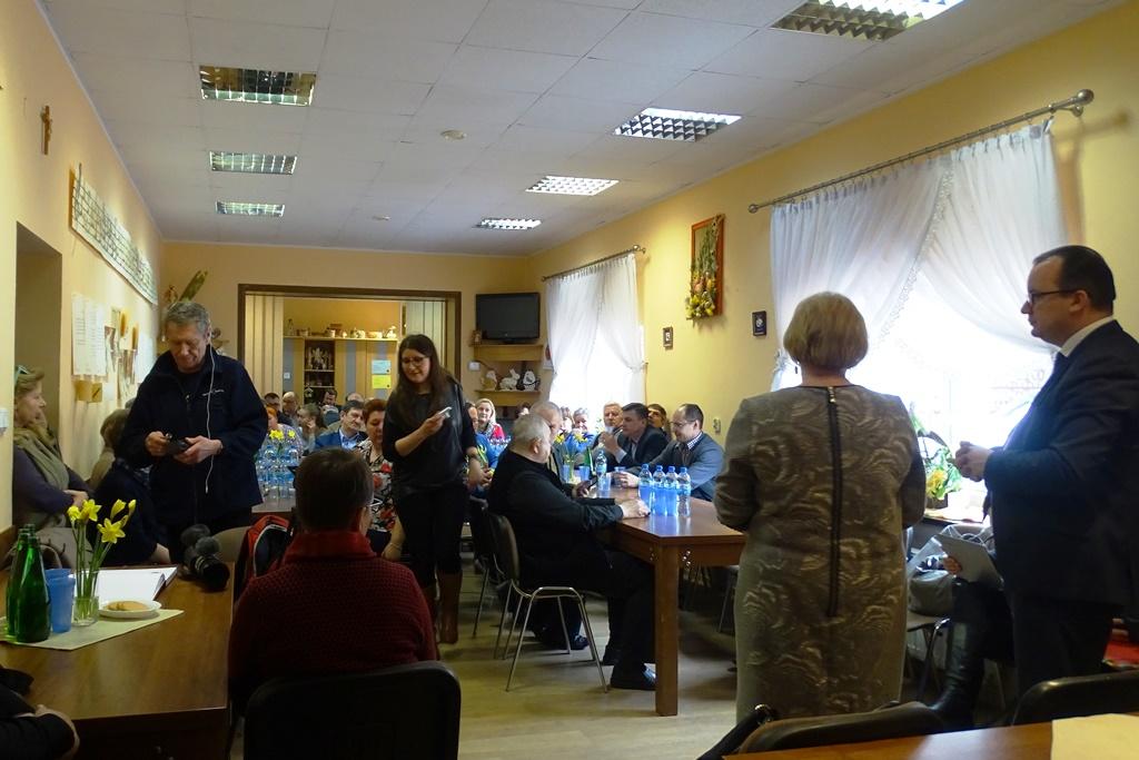 Ludzie na sali, kobieta i mężczyzna stoją